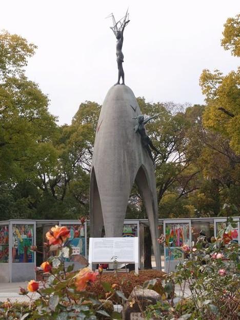 Photos: 原爆の子の像とバラ
