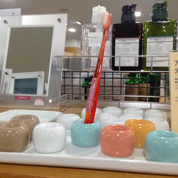 写真: 無印良品:磁器製の歯ブラシスタンド