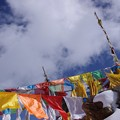 風にたなびく五色の旗