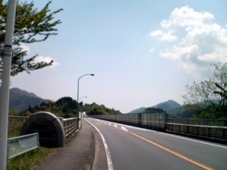 2007_05_03_富士山グルリのひとり走り_07_宮ケ瀬虹の大橋。天気最高!なのでPOが張ってまっせ。気を付けて・・・