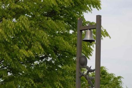 触れる新緑と鐘