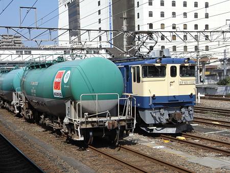EF65-1102とタキ1000(八王子駅)