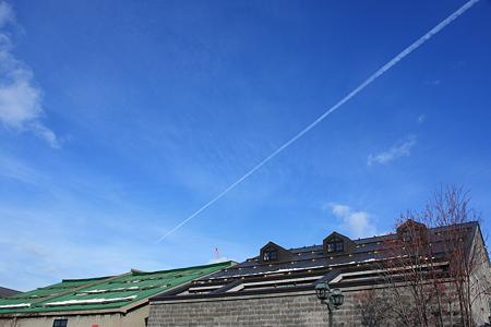 小樽運河の飛行機雲