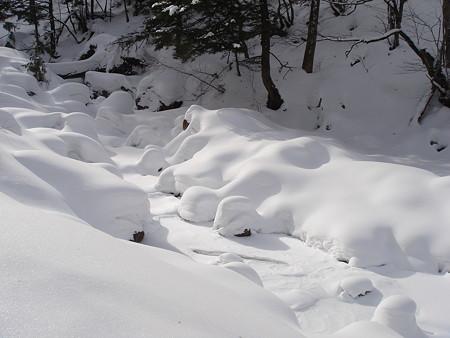 雪の通り道(平湯大滝)