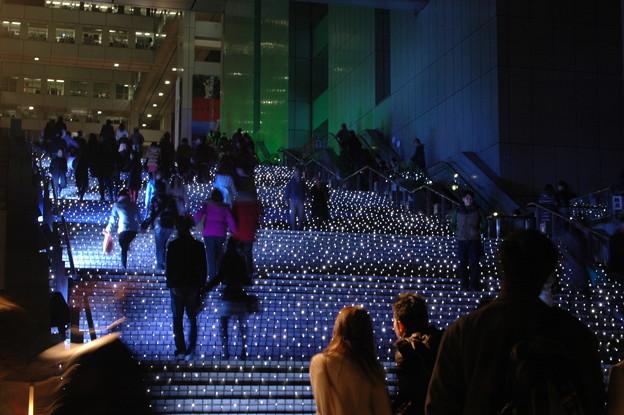 光に浮かび上がるフジテレビ大階段