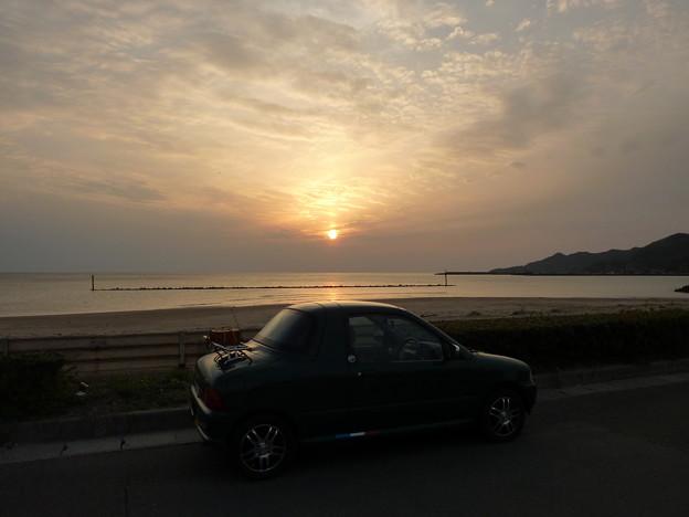 稲佐の浜に夕日が沈む