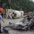 写真: ミキサー車にペッチャンコのBYD (1)
