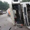 写真: ミキサー車にペッチャンコのBYD (3)