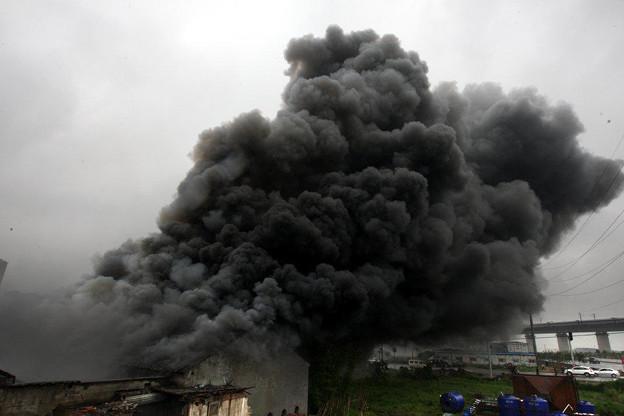 温州で爆発炎上 見物客100人 (3)