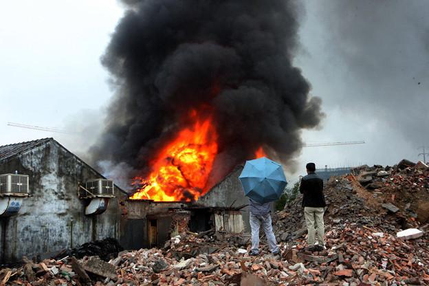 温州で爆発炎上 見物客100人 (5)