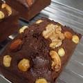 写真: ナッツのチョコケーキ