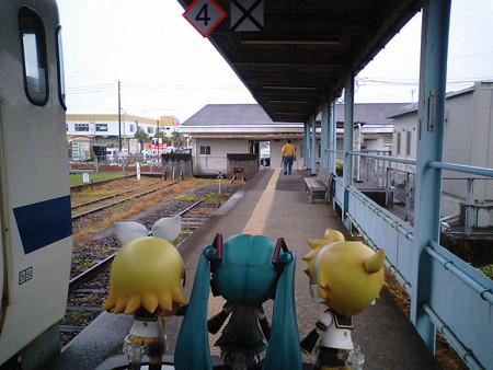 終点、志布志駅に到着です。 リン:「うおお、この先廃止されて、線...