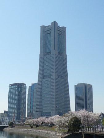 090409-MM21 ランドマークタワーと桜 (15)