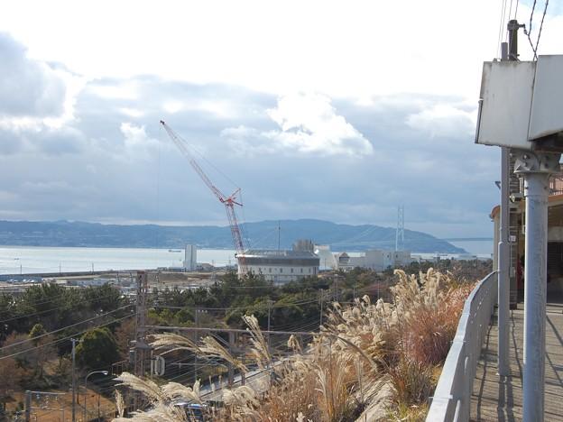 滝の茶屋駅から明石海峡大橋を見る