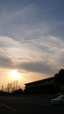 夕日飛行機雲