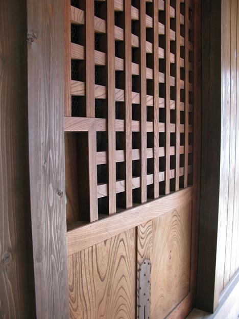 重厚な欅の蔵戸・3
