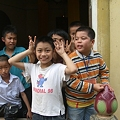 写真: お寺で遊ぶ子供たち