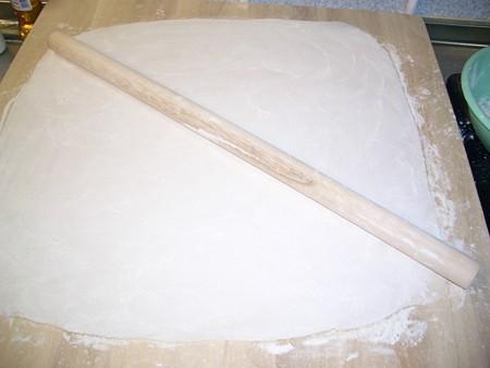 のし板の上で棒を使って伸ばします