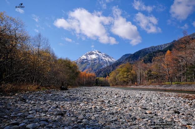 写真: 焼岳の冠雪