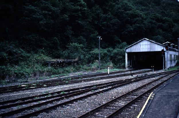 給炭台跡と機関庫(JR芸備線・木次線備後落合駅,1998/9/21)(s103/26)