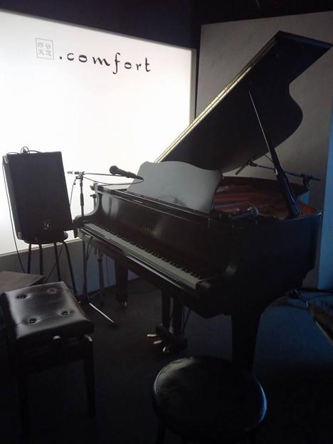 写真: 生ピアノ弾くのは何年振りでしょう?