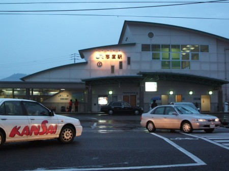 歩いてすぐのところにあるJR志度駅に向かい、高松行きの列車に乗る