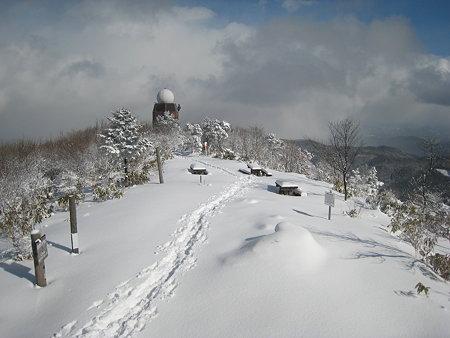 山頂から望むドームと足跡