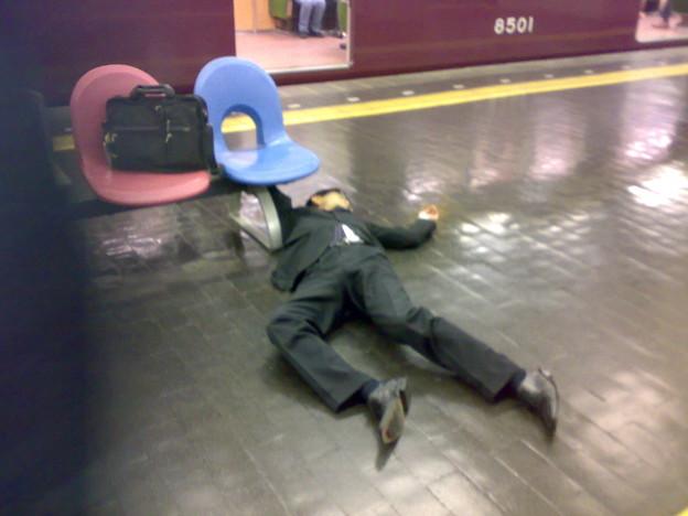 大阪阪急梅田駅酔っ払い - 写真共有サイト「フォト蔵」